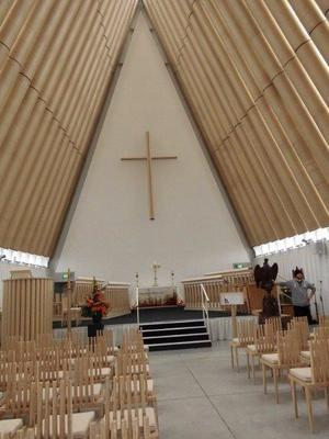 新しい教会:天井部分はダンボールを使用