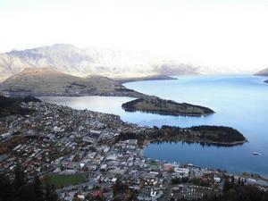 頂上から眺めたクイーンズタウンとワカティブ湖て